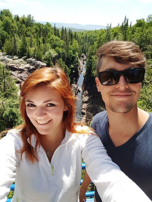 Petit selfie près des chutes, des jolies améthystes et l'auberge de jeunesse de Thunder Bay