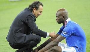 Italian head coach Cesare Prandelli (L) speaks at Mario Balotelli during awards ceremony of Uefa Euro 2012 soccer Final, Spain vs Italy, at Olympic Stadium, Kyiv, 1 July 2012. ANSA/MAURIZIO BRAMBATTI