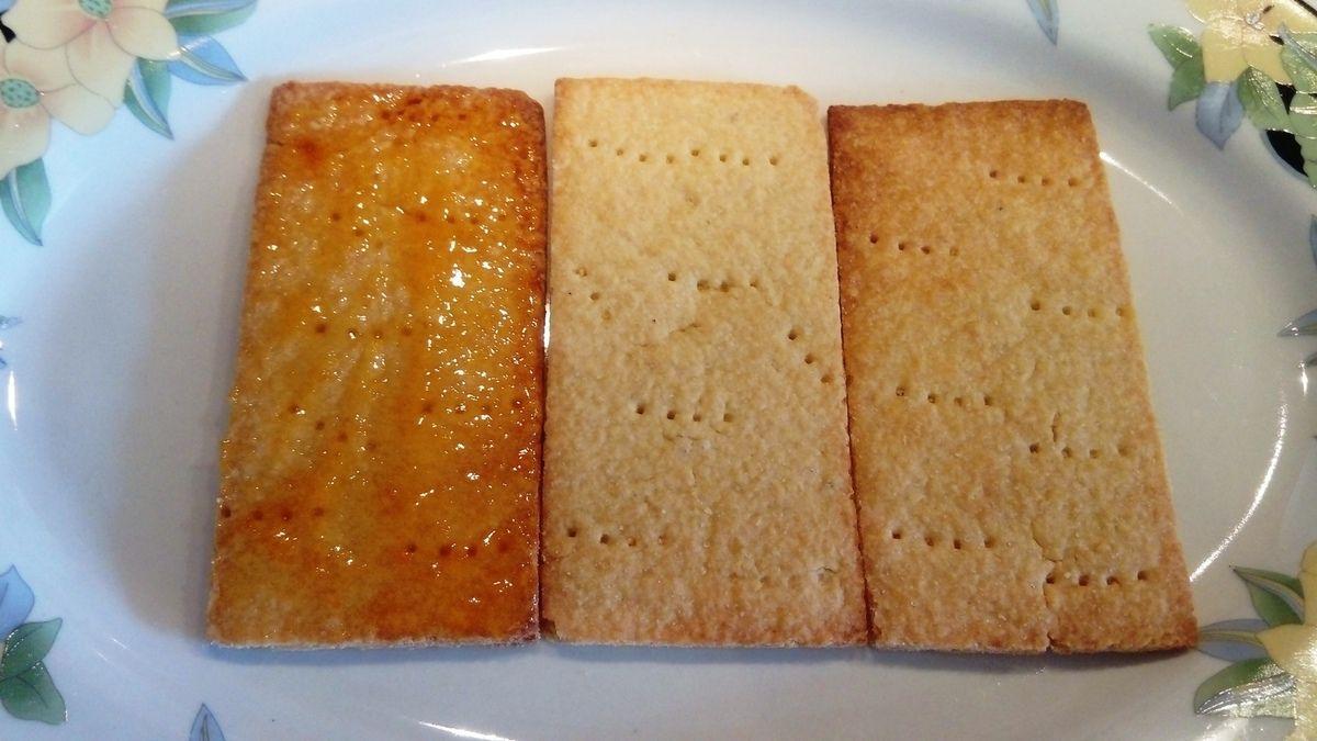 recette : 1) faire une pâte sucrée avec 200 g de farine + 100 g de beurre + 2 g de sel + 75g sucre glace + 25 g de poudre d'amande + 40 g d'oeufs 2) formez une boule, travaillez la pâte avec le bout de vos doigts, il faut qu'elle reste croustillante et non élastique 3) mettre au frais 30 min puis étendre celle ci et détaillez des rectangles en portion individuelle 4) préparez le flan à la vanille : faire frémir 500 ml de lait + 25cl de crème liquide / dans un cul de poule mélangez 125 g de sucre + 100 g de jaunes d'oeufs + 50 g de maïzena / lorsque le lait frémit , mettre l'appareil (l'appareil dans la pâtisserie ce sont les préparations des crèmes) en deux fois dans le lait et faire bouillir 30 s / mettre ce flan dans un plat pour qu'il refroidisse (étape importante dans le flan) en le filmant au contact / détendre le flan puis mettre celui ci dans un cercle de 22 cm / faire cuire 35 min à 180° , votre flan doit être bien frais pour pouvoir le détailler correctement 5) montage de vos tartelettes , détaillez dans votre flan des petits carrés et détaillez des abricots en quartier / mettre de la confiture d'abricot sur le fond de vos tartelettes/ disposez vos carrés de flan et les abricots / nappez d'une gelée de mirabelle .... vous voila avec un flan très frais d'été
