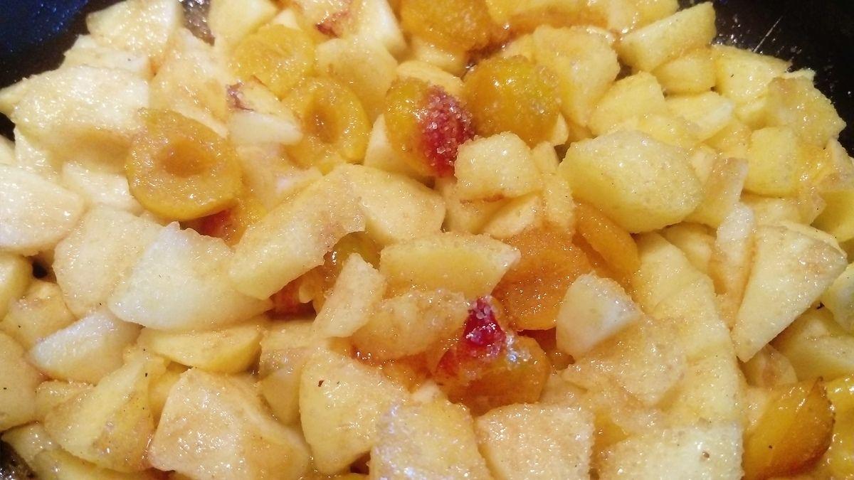 recette pour 8 : 1) faire revenir dans 20 g de beurre 5 pommes + 4 poignées de mirabelles , faire cuire les fruits doucement puis laisser refroidir (ils doivent être un peu caramélisés) 2) dans un moule à manqué , le beurrer , puis déposer une première feuille de pâte filo (c'est comme de la feuille de brique, cette pâte ce trouve au même endroit que celle ci, et s'achète sous le même format) beurré cette feuille et saupoudrer de sucre en poudre, refaire la même opération 3 fois pour avoir 4 feuillets sur le fond 3) déposez au centre vos fruits froid 4) couvrir ces fruits de 3 feuillets en beurrant et saupoudrant de sucre 5) puis terminer avec les dernière feuilles en les chiffonnant afin d'avoir un effet piquant dessus 6) mettre au four 20 min .... (j ai fait ce gâteau que demande peu de préparation pour nos noces de turquoise)