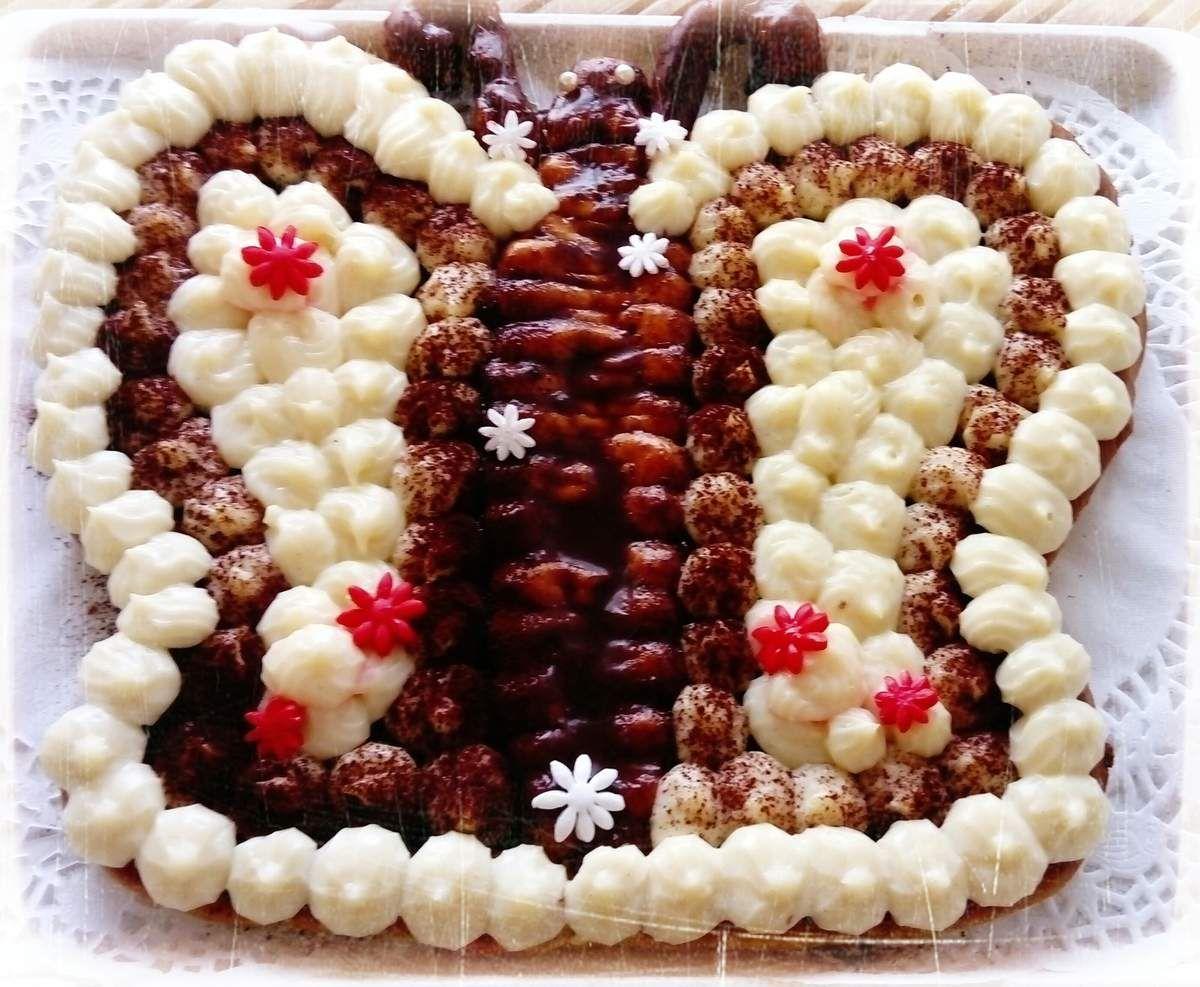 voici un gâteau d'anniversaire préparé pour ma filleule qui adore les papillons, joyeux anniversaire à toi Mathilde ... Recette pour 8 personnes : 1) faire un fond pâte sucrée à l'amande avec 200 g de farine + 100 g de beurre + 2 g de sel + 75g sucre glace + 25 g de poudre d'amande + 40 g d'oeufs , façonnez un fond en forme de papillon sur votre plaque allant au four  2) préparez votre pâte à choux avec  62.5 g d'eau + 62.5 g de lait + 2 g de sel + 50 g de beurre +75g de farine + 125 g d'oeufs, faire fondre le beurre dans le lait + eau + sel puis portez à ébullition, à ce moment jeter toute la farine et dessécher 10 s dans la casserole, puis hors du feu faire refroidir un peu cette pâte et ajoutez les oeufs en 3 fois 3) mettre votre pâte dans une poche à douille et faire le corps de votre papillon et les contours 4) faire cuire au four 40 min à 180° 5) préparez une feuillantine avec 80 g de chocolat au lait  + 60 g de crêpes dentelles + 1 c à s de praliné maison (recette sur le blog) 6) mettre cette préparation sur le fond de votre papillon 7) préparez pour garnir vos deux centres une crème à la vanille  avec 0.5l de lait + 125 g de sucre + 100 g d'oeufs + 40 g de maïzena + 1/2 gousse de vanille , faire frémir le lait, mélangez sucre oeufs maïzena , ajoutez le lait, faire épaissir sur le feu et faire refroidir au frigo 8) mettre votre crème dans une poche à douille et garnir , saupoudrez de cacao  ...
