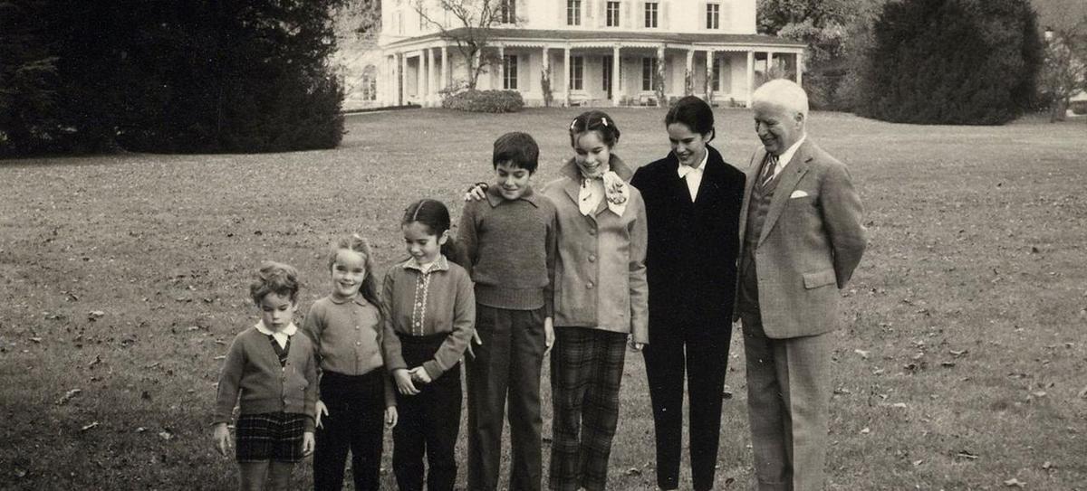 Chaplin et ses petits-enfants devant le manoir de Ban