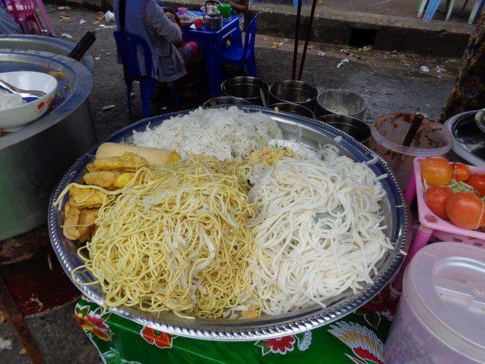Noodles, samosas aux oignons, pancakes, BBQ de brochettes, mini-omelettes sur crèpes, pattes de poulet... et gros grillons grillés !