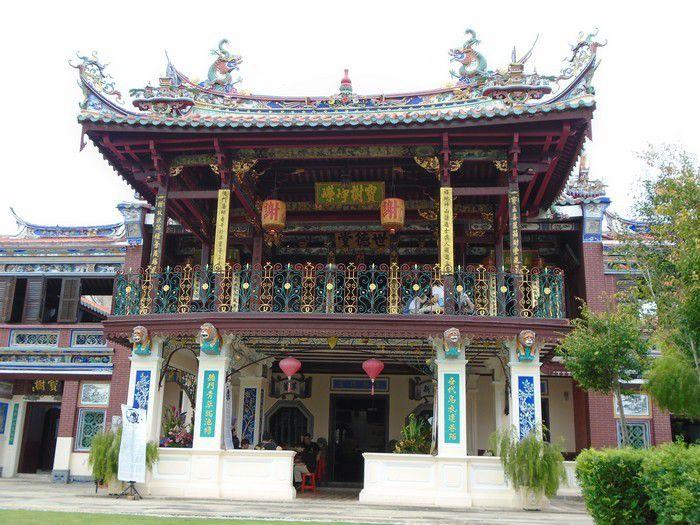 Le moderne se mêle aux maisons coloniales, aux temples chinois et hindouistes. De superbes demeures dans lesquelles vivaient les baba nyonas, familles sino-malaises du début du siècle.