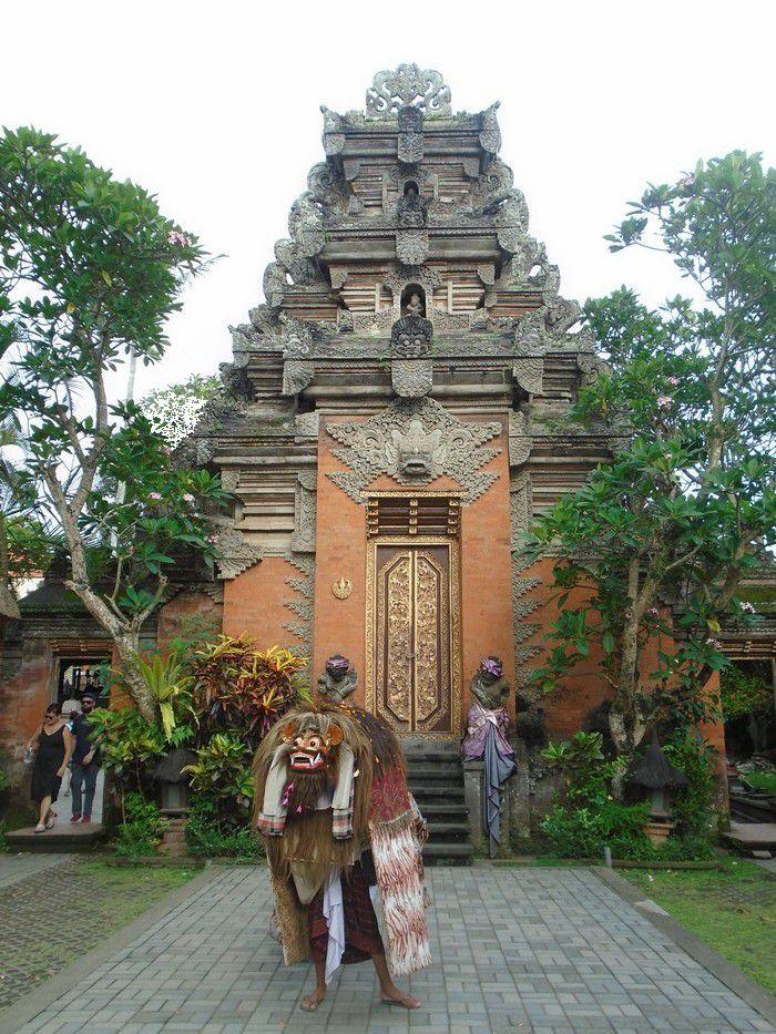 Danse du Barong (animal représentant le Bien) et Legong