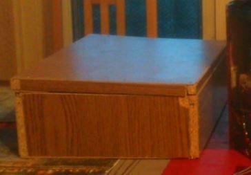 A partir de planches de bois, de fonds de tiroires, de pot de plante, d'une douille et de fils électrique, de vis et de clous &#x3B; J'ai créer une étagère avec une lampe en dessous et une boite de rangement.