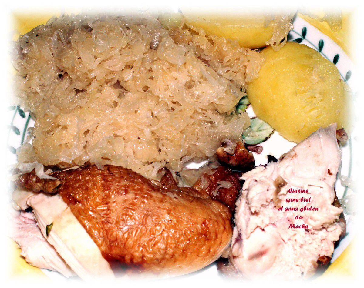 Choucroute et poulet fumé et pommes de terre vapeur