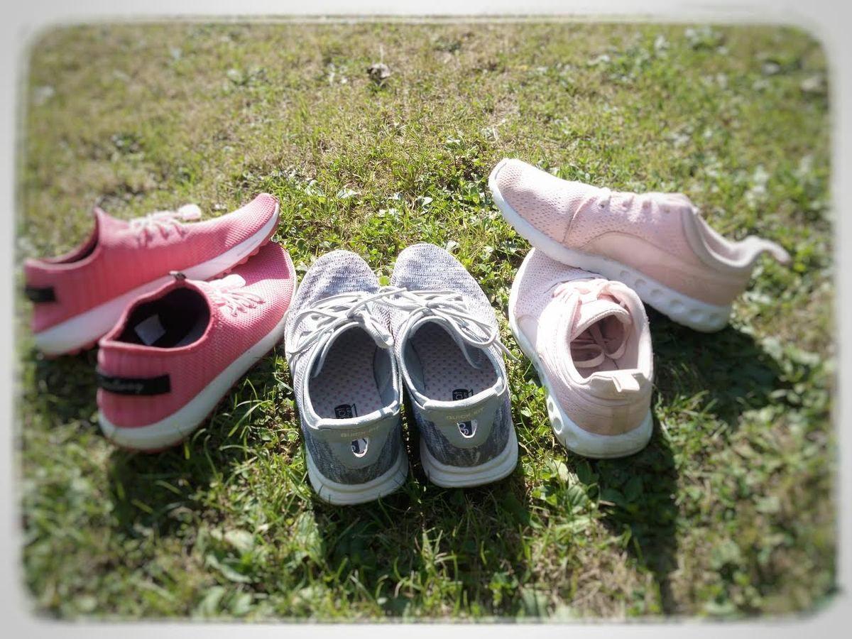 chemise de chez Bershka, chaussures de sport  Coolway à gauche, les Skechers au centre  et les Puma
