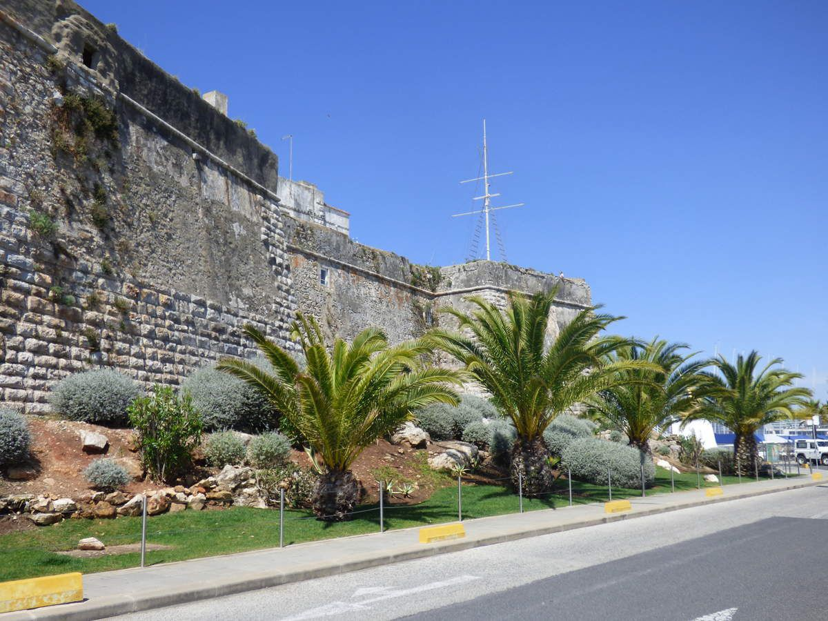 La citadelle, le long du port