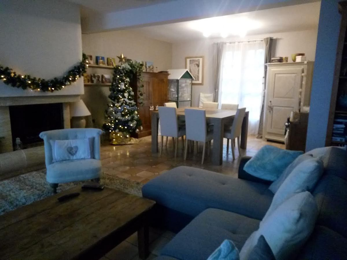 la table et les chaises et un aperçu de l'ensemble de la pièce