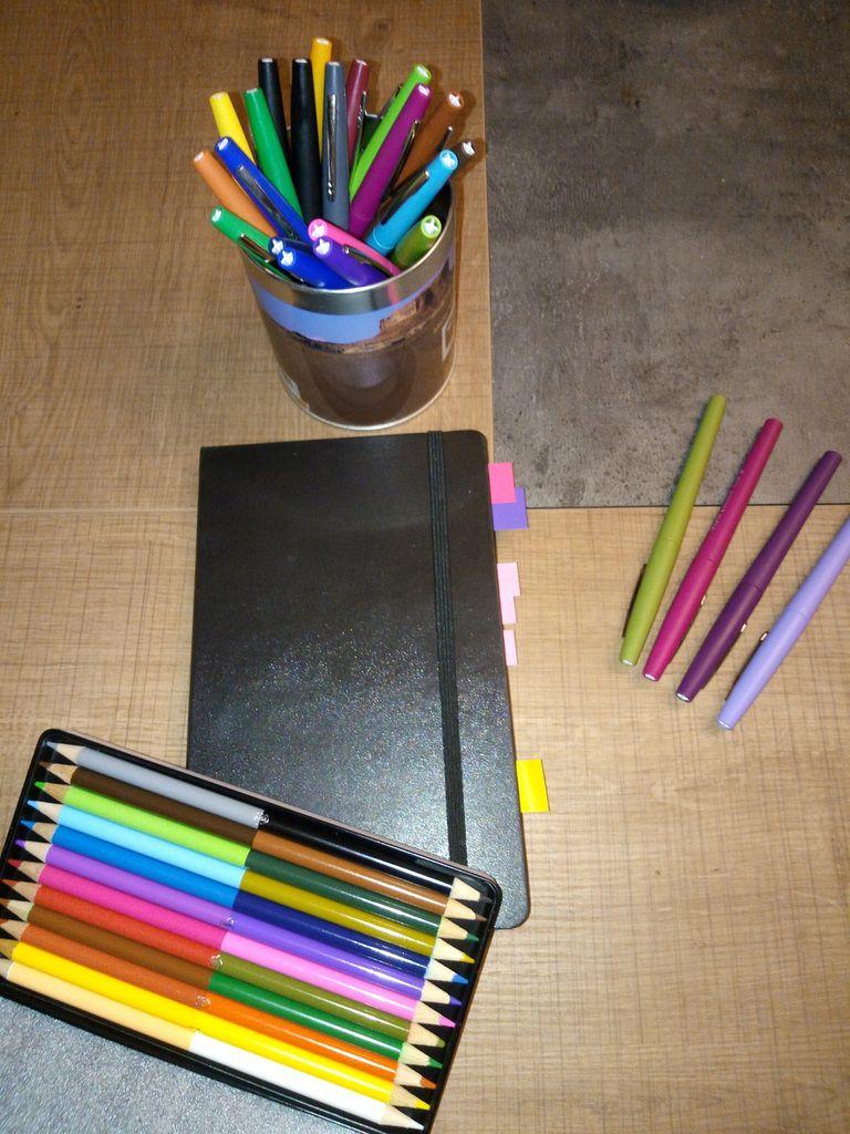 carnet, feutres favoris et crayons de couleurs