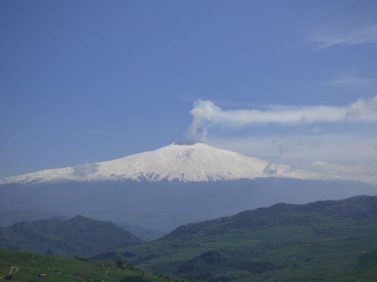 Dans le parc naturel, l'Etna nous en met plein la vue lorsqu'il semble flotter dans le ciel.