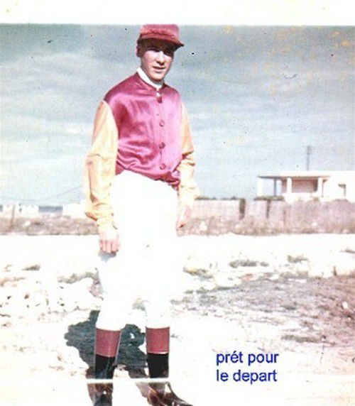 MICHEL ZAMMIT EN TENUE DE JOCKEY.