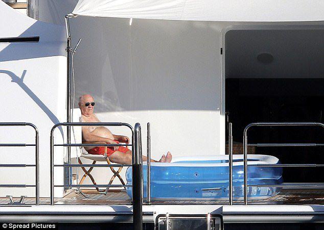 Amancio Ortega pillado en su 'modesto' yate de 50 millones de euros disfrutando en Saint Tropez