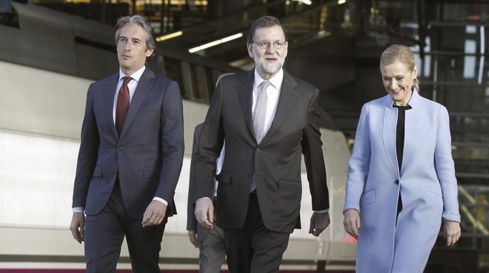 El ministro de Fomento Iñigo de la Serna junto a mariano Rajoy y Cristina Cifuentes