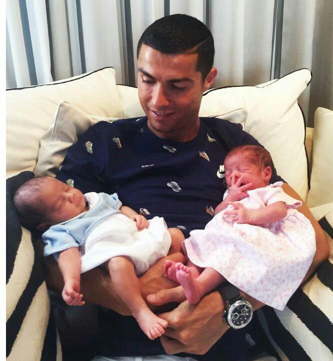 Willy Toledo critica a Cristiano Ronaldo por recurrir a comprar bebés para perpetuar sus genes