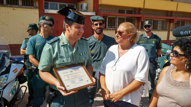 Josefa Torres entrega un diploma a la Guardia Civil de Almería en reconocimiento a su labor social. El Mundo