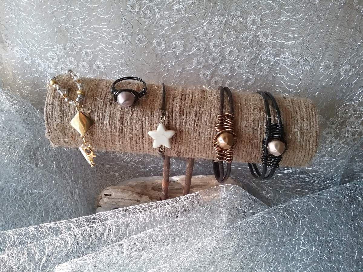 Le présentoir,  les bracelets et une petite bague