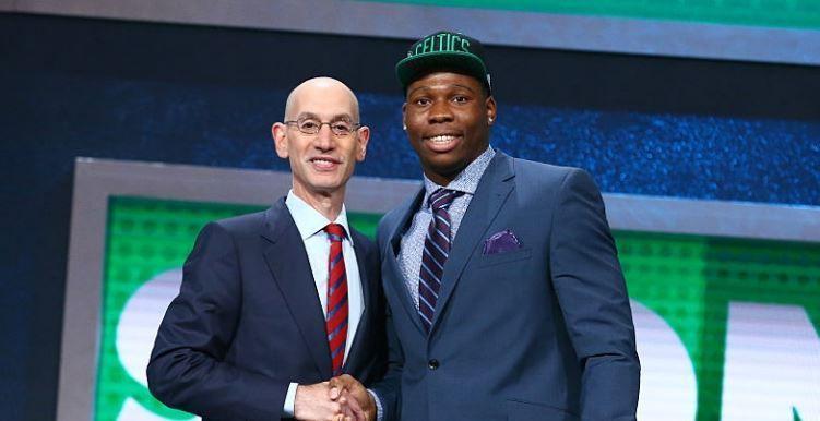 Le Français Guerschon Yabusele avec Adam Silver lors de la Draft NBA