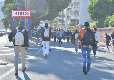 300 clandestins pénètrent dans la ville de Menton après avoir forcé la frontière franco-italienne. La police à l'ordre de ne pas intervenir !!!