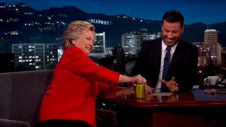 pour témoigner de sa bonne santé, Hillary Clinton ouvre ...une boîte de cornichons