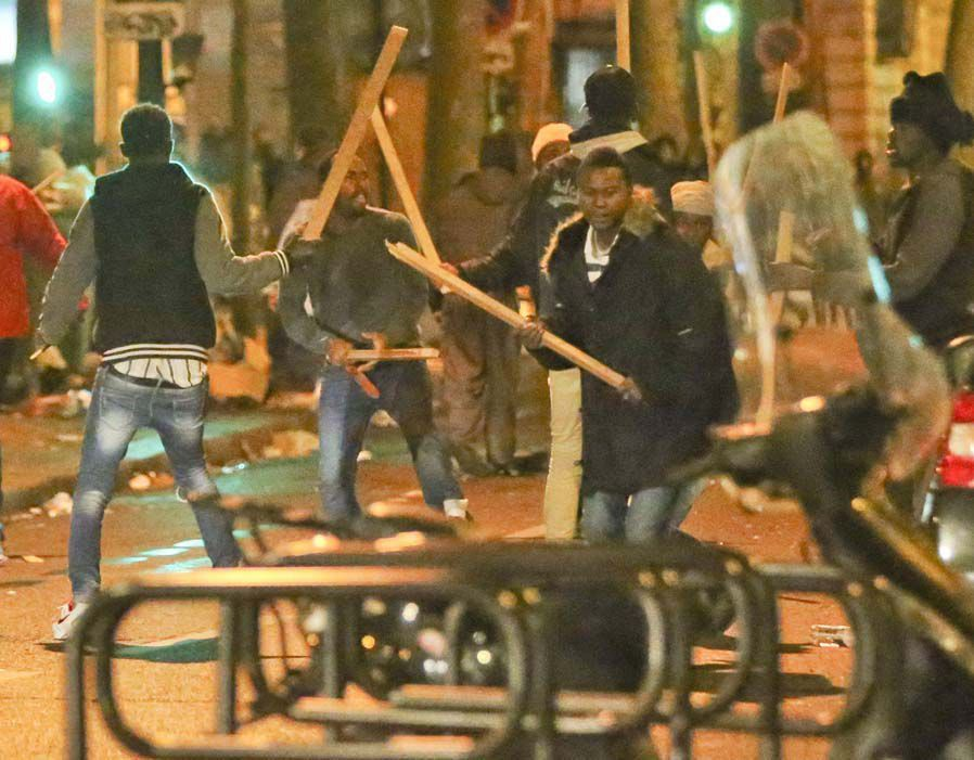 La GUERRE dans LES RUES DE PARIS: Les migrants luttent en pleine ville