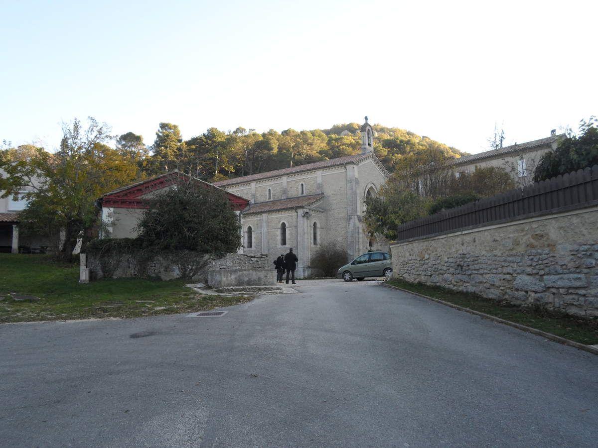 Le chemin de gauche mène à la source, le chemin de droite mène à la chapelle et à la boutique.