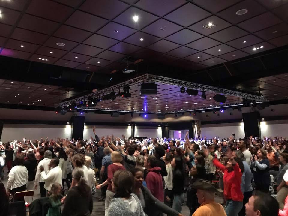 la salle était comble autant que la présence du Saint-Esprit !