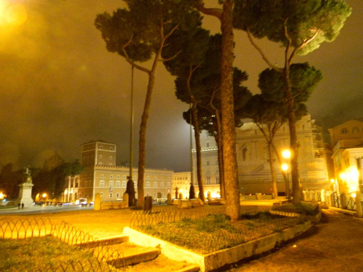 le forum by night