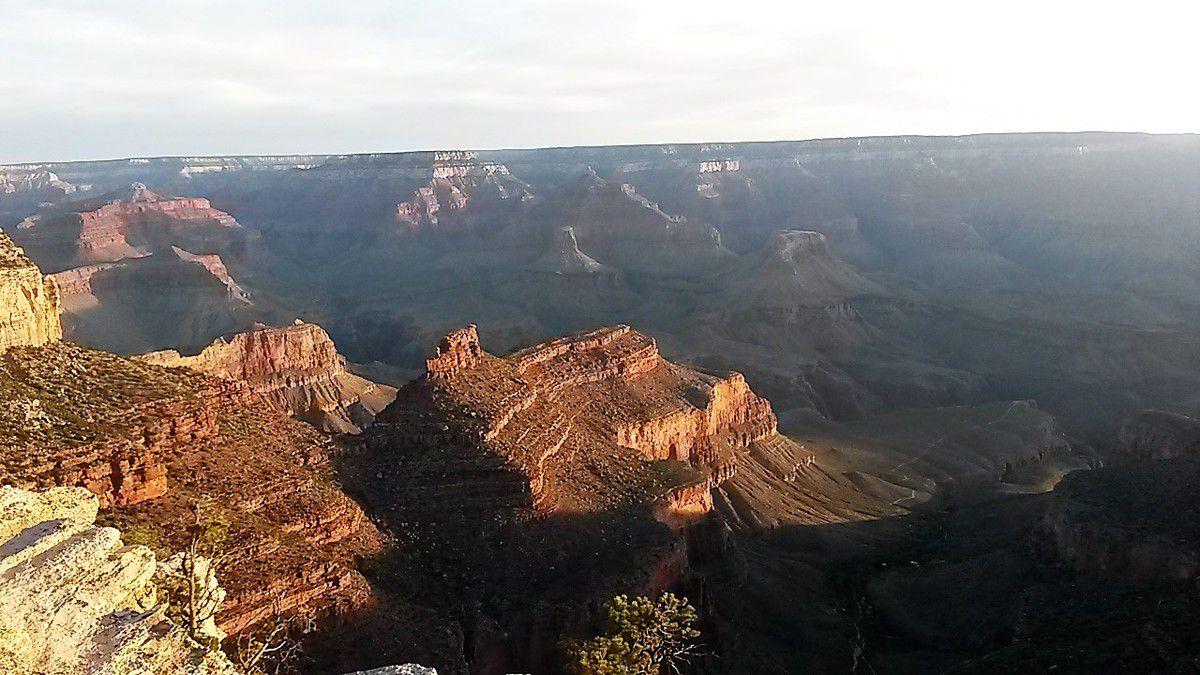 Les rayons du soleil arrosent petit à petit les sommets puis le bas du canyon. C'est fantastique!