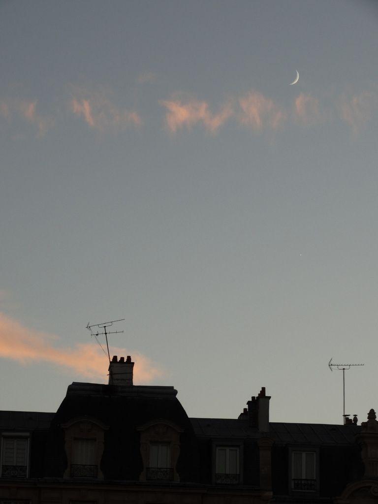 Le ciel est, au-dessus des toits de Paris, si bleu de la nuit qui s'avance