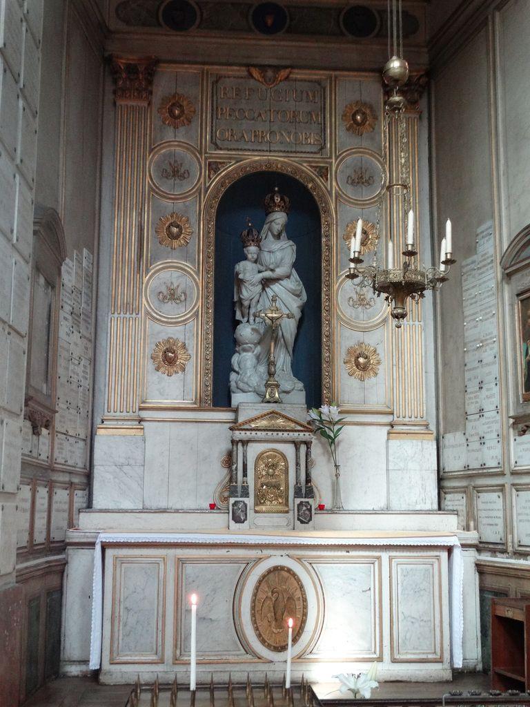 La chapelle latérale dédiée à  Notre-Dame-des-Victoires  tapissée d'ex-voto