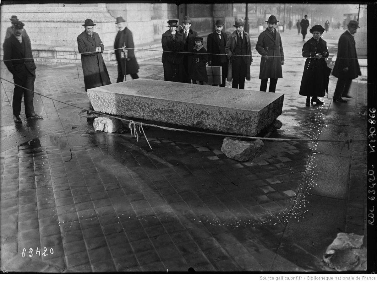 La dalle qui recouvrira le tombeau du soldat inconnu au cours de la cérémonie du 28 janvier 1921 -  Agence Rol. Agence photographique – Source gallica.bnf.fr / Bibliothèque nationale de France