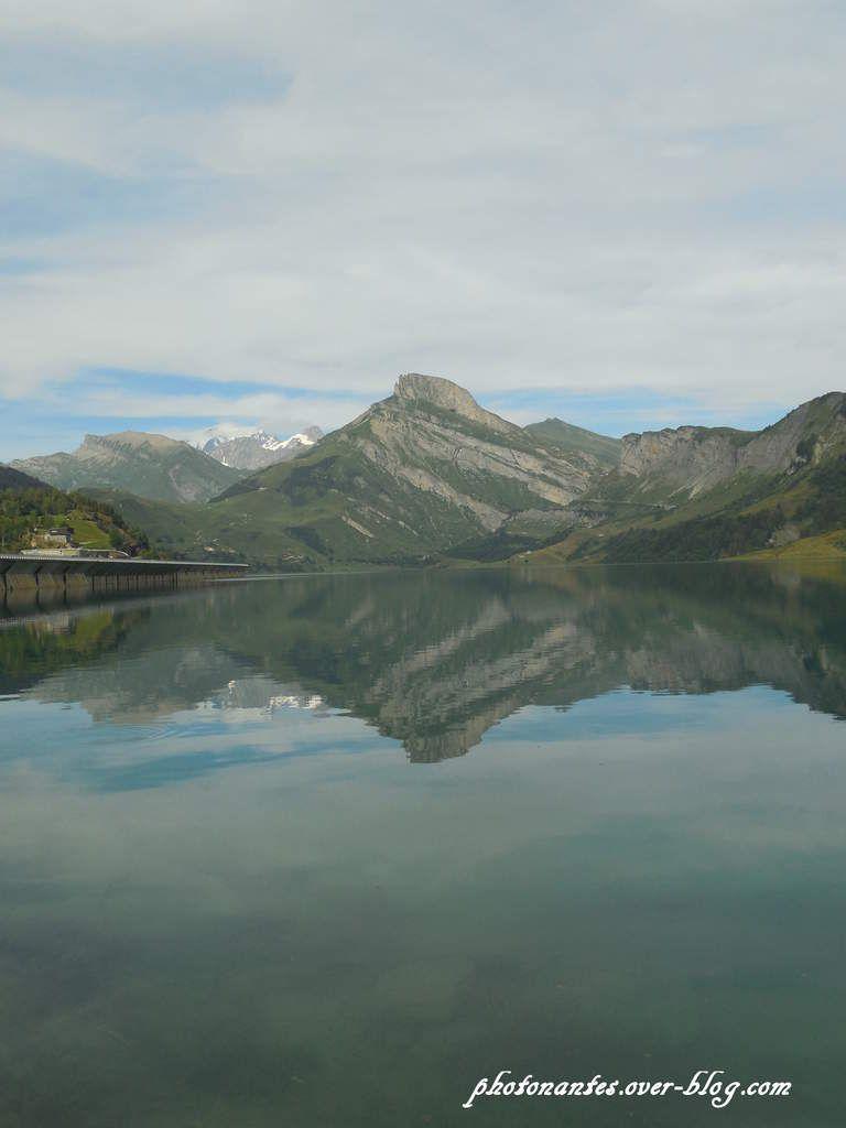 Rocher du vent et son reflet dans le lac
