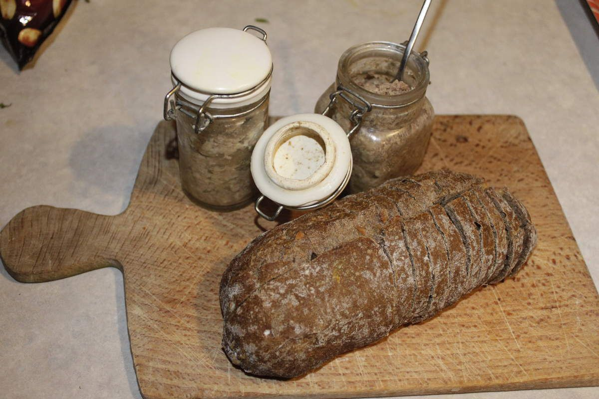 Pâté maison de faisan, lard et foie de volaille en mini-bocaux.