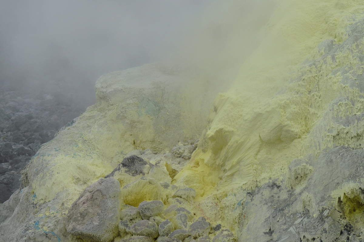 Quelques photos de volcan à Sumatra avec émanations de soufre