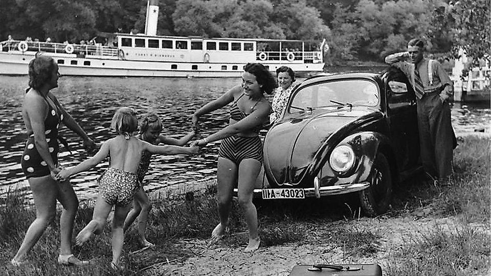 A la fin des années 30, une publicité de l'organisation Nazi social welfare organisation Strenght Through Joy (Kraft durch Freude) dépeignait une heureuse, prospérante famille avec leur Volfswagen (People's Car - La voiture du peuple) et Volksempfänger (le transmetteur du peuple), une radio de masse. / German Federal Archive (Bundesarchi).
