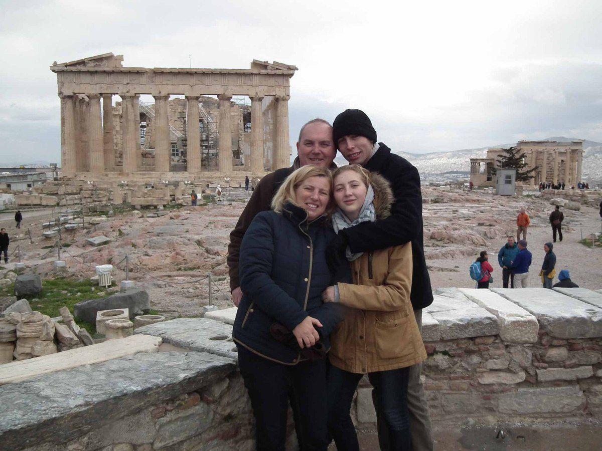 Arrivée de Benjamin à Athènes, visite de l'Acropole, relève de la Garde et Réveillon de Noël au Restaurant, pendant ce temps le père Noël est passé au camping car..
