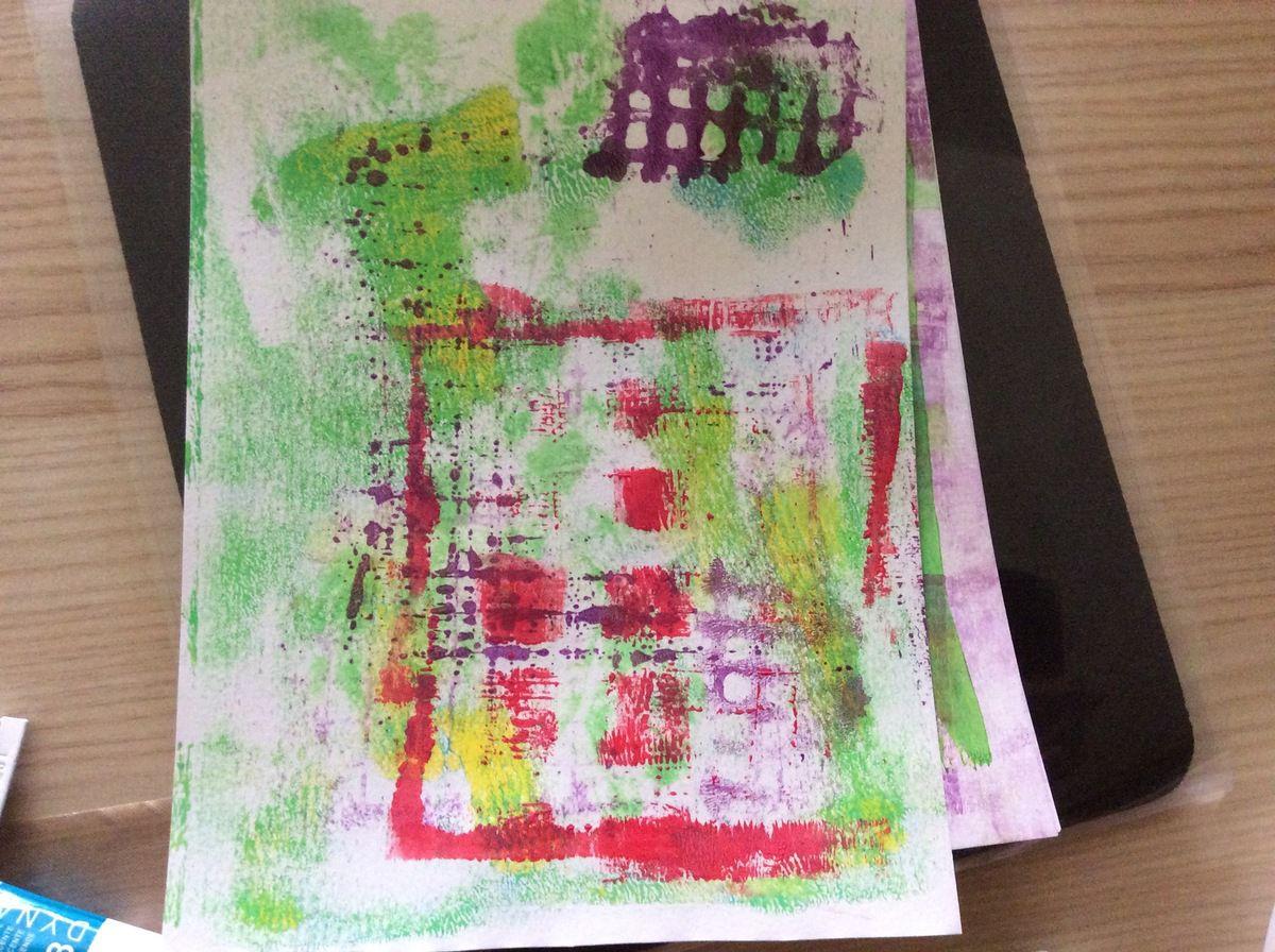 pochoir à carreaux encré d'acrylique rouge sur la feuille 2, plus claire.