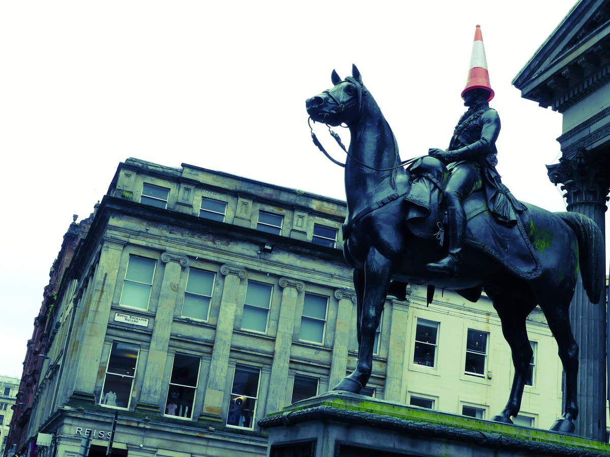 Voici la statue équestre du Duc de Wellington et son cone sur la tête, toute une tradition !