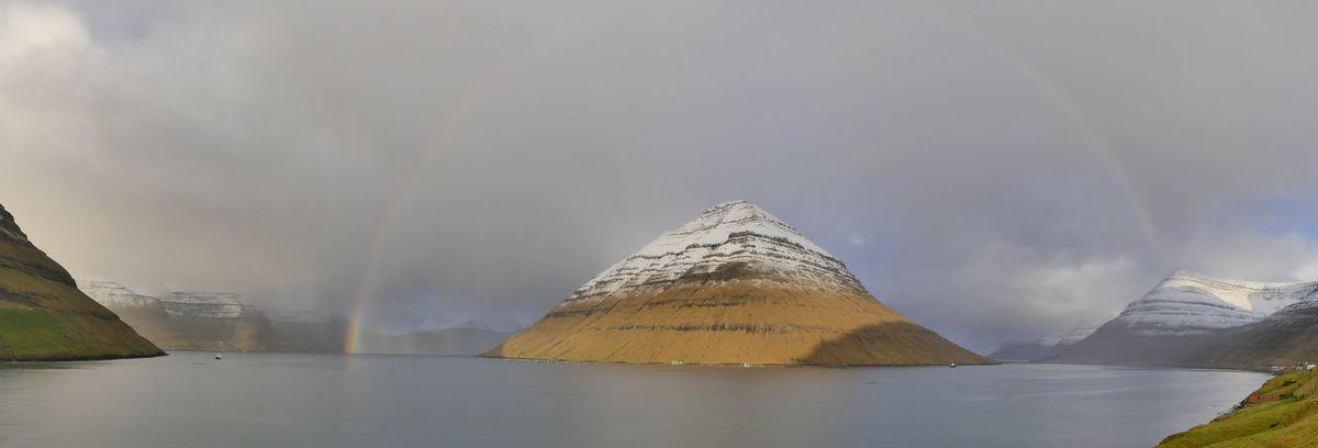 En voyant ça on s'est dit que les Egyptiens avaient grave copié sur la nature en vrai, puis on a continué la route et on s'est aperçus que c'était Kunoy, une des îles, plus une chaîne de montagnes qu'un simple ilôt un peu haut...