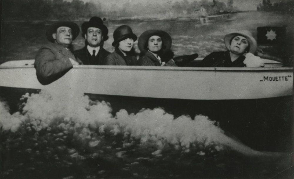 Valery Larbaud, Léon-Paul Fargue, Marie Monnier, Sylvia Beach et Adrienne Monnier sont dans un bateau... (fête du Quai d'Orsay, 1924)