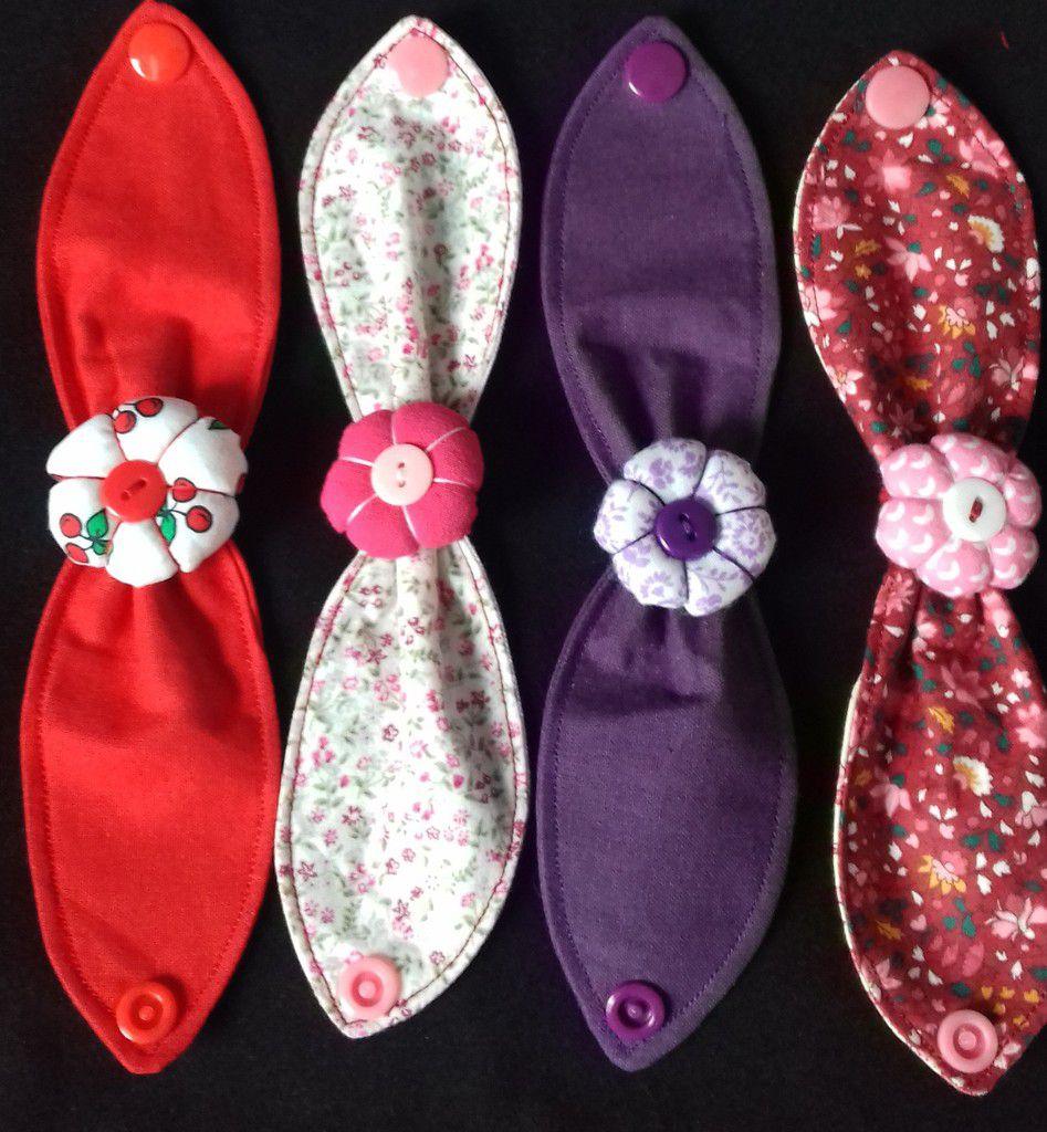 Bracelet en tissu avec fleur centrale, lavable en machine, fermé par pression résine, pour tour de poignet de 14 à 17 cm. Un bracelet original, à assortir à votre tenue!