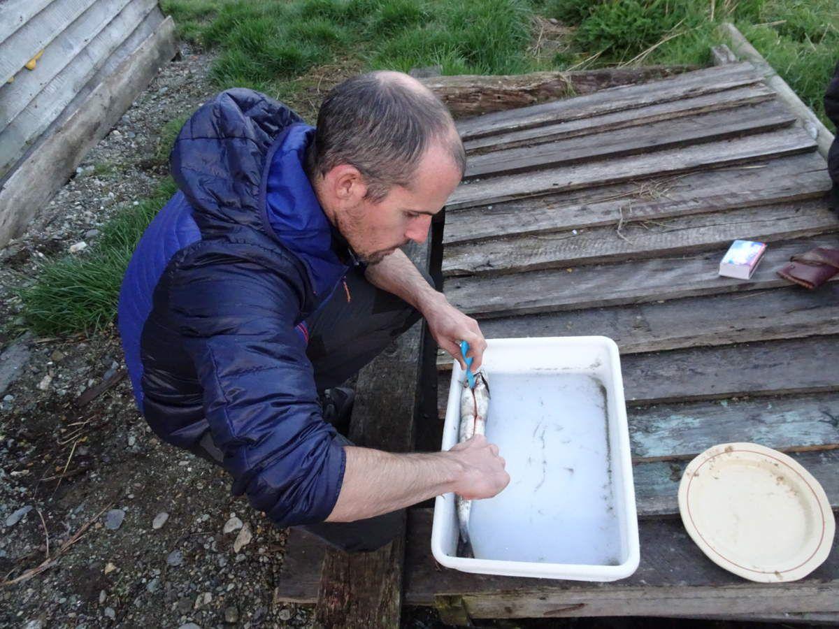 Nico à la découpe du saumon...