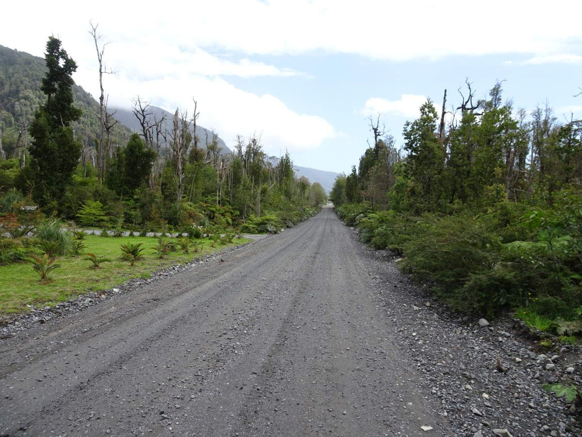 Carretera Austral au pied du sentier en direction du volcan. Si on rate le bus ou les voitures de la dernière barque, on est bon pour marcher 20km sur cette route :)