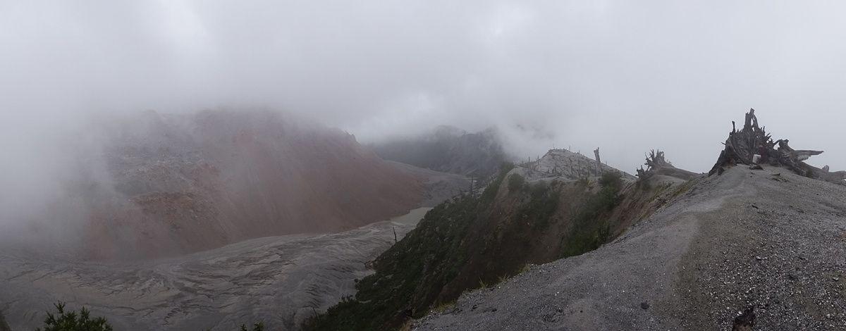 Vue sur le cratère. A gauche, l'énorme monticule rougeâtre est le dôme créé lors de l'éruption.