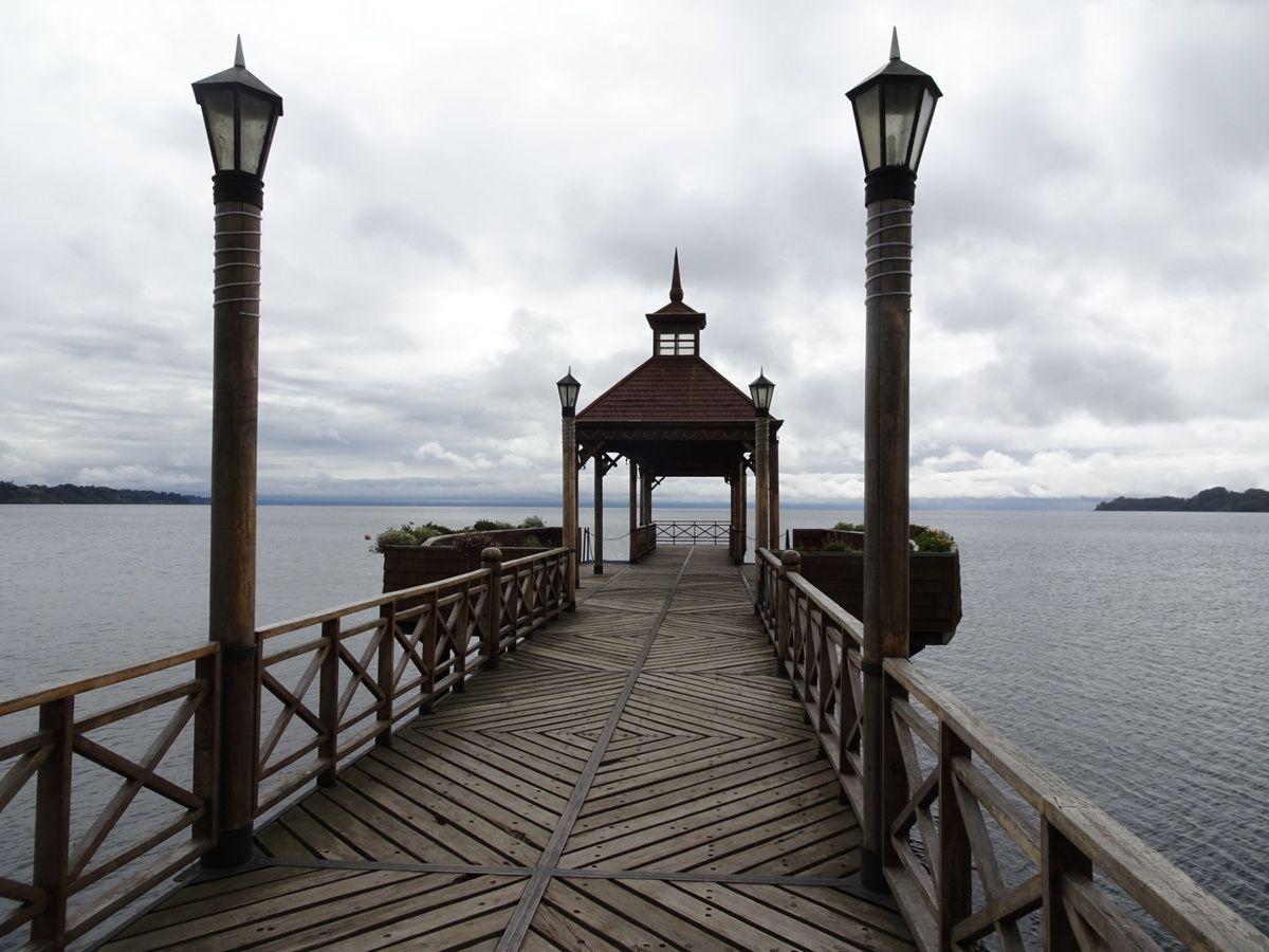 La jetée qui donne une belle vue sur le lac (avec normalement des volcans !)