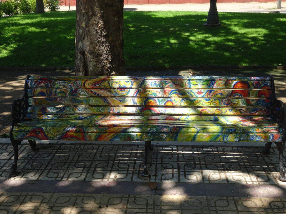 """Les bancs colorés de Talca dans l'Alameda, évoquant pour certains des particularités de la ville (la tradition vinicole ou la compagnie de bus appelée """"Talca-Paris-Londres"""" par exemple)"""