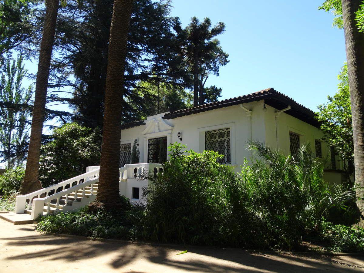 La maison coloniale où habitent les propriétaires, entourée d'un beau bois avec plein d'espèces différentes