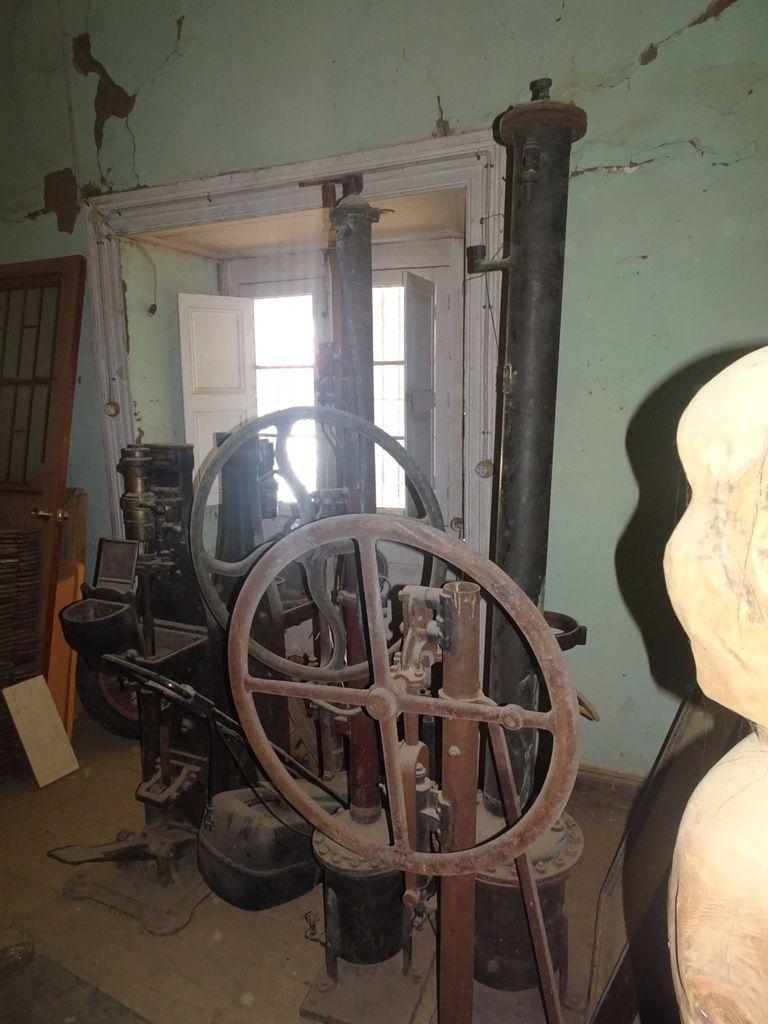 Álvaro Garde plein d'objets anciens pour faire un jour un musée